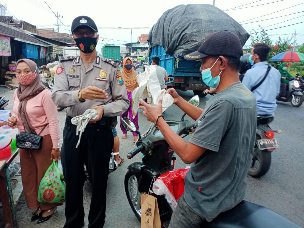 Patroli Ramadhan Polsek Krembung, Amankan Ngabuburit dan Bagikan masker
