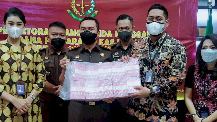 Kajari Tanjung Perak Surabaya Serahkan Uang Denda sebesar 1 Miliar untuk Kas Negara